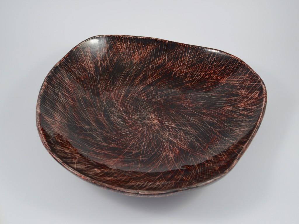 piatto nero e rosso dinamico